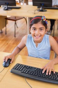 Leuke leerling in computerklas
