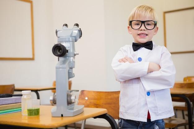 Leuke leerling verkleed als wetenschapper in de klas