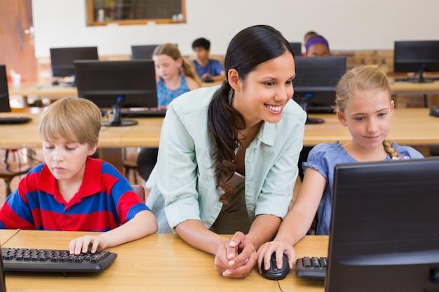 Leuke leerlingen in computerklas met leraar