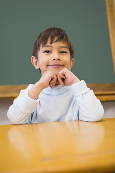 Leuke leerlingszitting bij bureau in klaslokaal