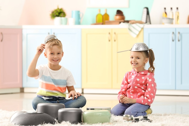 Leuke lieve kinderen die thuis met keukengerei spelen