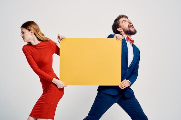 Leuke man en vrouw met gele bannermocap-advertentie