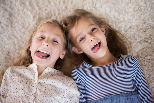 Leuke meisjes die grappige gezichten maken