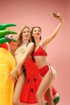 Leuke meisjes in zwembroek poseren in de studio