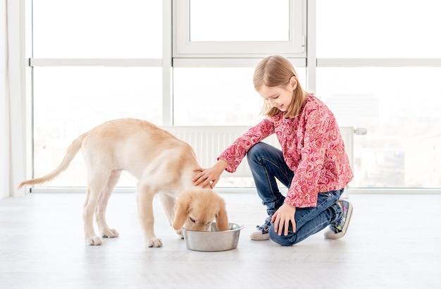 Leuke meisjes voedende hond