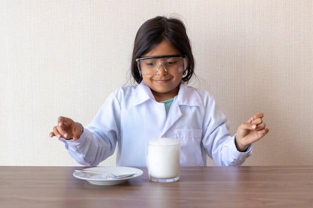 Leuke meisjewetenschapper die een experiment leidt