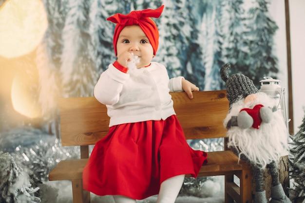 Leuke meisjezitting in kerstmisdecoratie