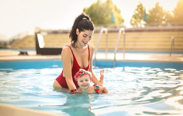 Leuke moeder die haar dochter leert hoe te zwemmen