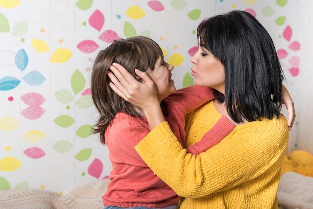 Leuke moeder en dochter knuffelen en zoenen