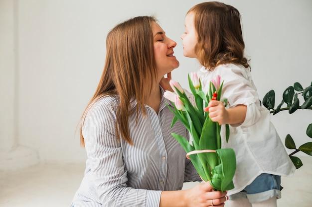 Leuke moeder en dochter met tulpenbloemen
