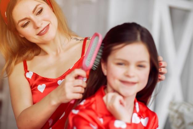 Leuke moeder en dochter thuis in pyjama's