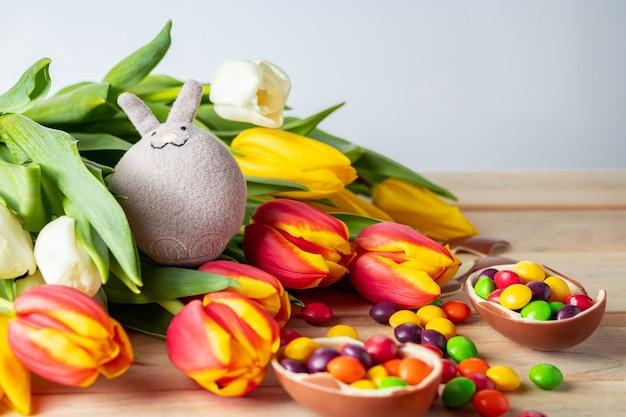 Leuke paashaas en chocolade-eieren samenstelling voor vakantie