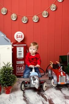 Leuke peuter speelt met speelgoedauto's