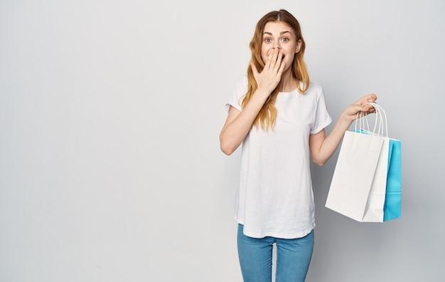 Leuke roodharige vrouw in een wit t-shirt met pakketten