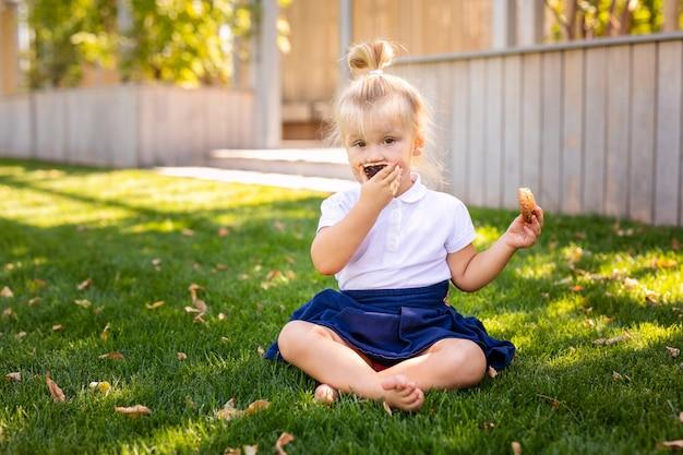 Leuke schattige blanke peuter baby meisje zitten en eten
