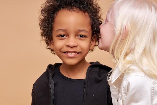 Leuke schattige diverse kinderen lachend samen geïsoleerd
