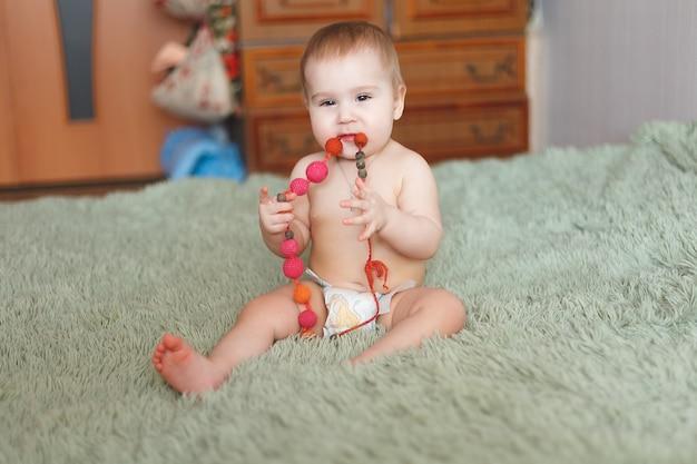 Leuke schattige pasgeboren baby van 3 motten met luiers. hapy klein meisje of jongen kijken naar de camera. droog en gezond lichaam en huid voor kinderen concept. babykamer