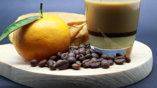 Leuke sinaasappels, koffiebonen, espresso, brood, fotoshoot