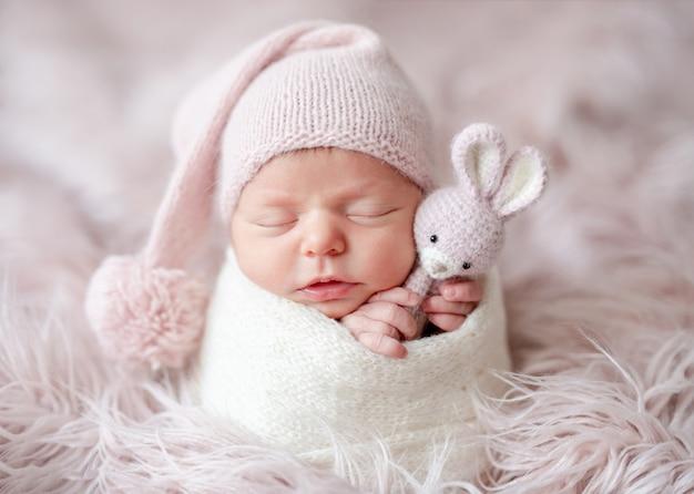 Leuke slaperige pasgeboren baby