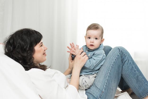 Leuke spelletjes met de peuter van een jaar oude moeder. gelukkige positieve familie thuis