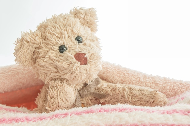 Leuke teddybeer speelt zich verstopt en zoekt met stof, happy feel-concept.