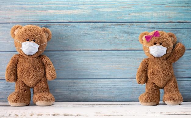 Leuke teddyberen die achter het masker glimlachen hebben een gelukkig gezicht voor sociaal afstandsconcept. met kopie ruimte.