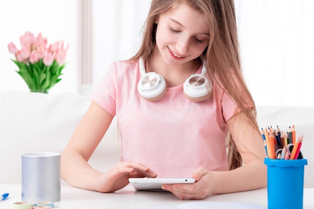 Leuke teenworking met haar persoonlijke tablet