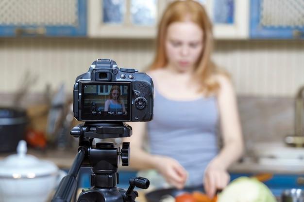 Leuke tiener filmt een kookprogramma