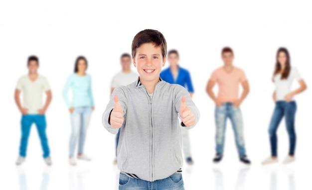 Leuke tienerjongen die ok zegt met hun klasgenoten