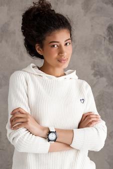 Leuke tienervrouw met zekere horloge dwarswapens