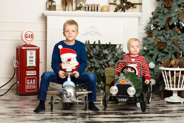 Leuke twee kleine broertjes spelen met speelgoedauto's. gelukkige jeugd.