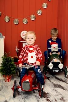 Leuke twee kleine broertjes spelen met speelgoedauto's.