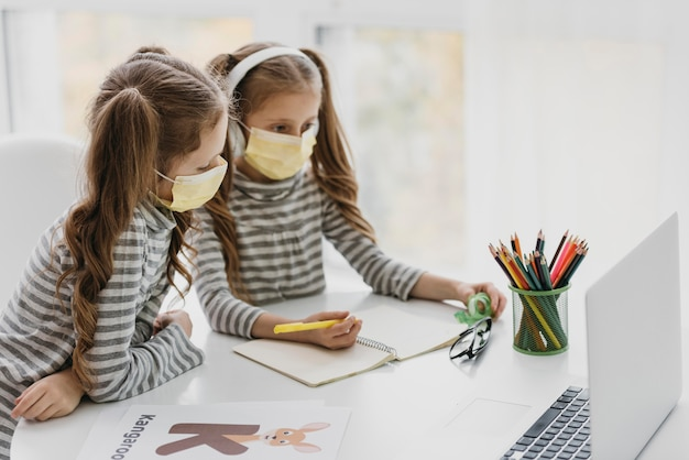 Leuke tweeling die binnen medische maskers draagt
