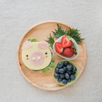 Leuke varken lunchplaat, leuke eten kunst voor kinderen, jaar van varkensvoer