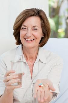 Leuke volwassen vrouw met pillen