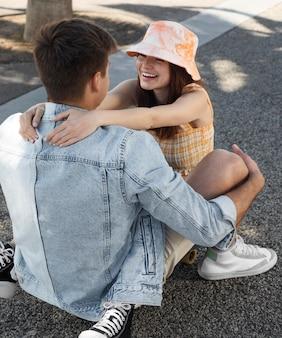 Leuke vriend en vriendin die buiten plezier hebben