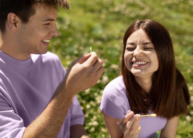 Leuke vriend en vriendin spelen met zeepbellen