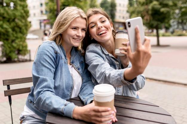 Leuke vrienden die buiten een selfie nemen