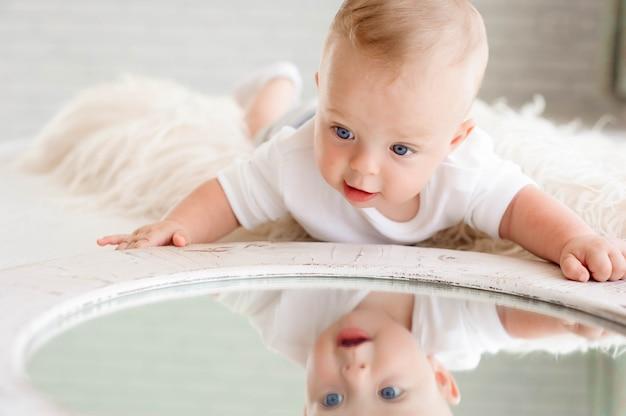 Leuke vrolijke baby