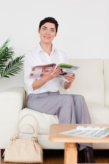 Leuke vrouw die een tijdschrift leest
