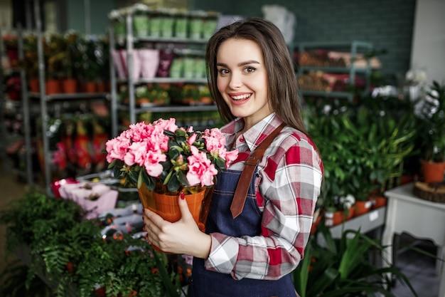 Leuke vrouw die in bloemencentrum werkt