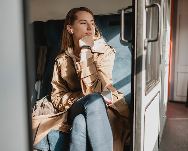 Leuke vrouw die op de trein wacht om het treinstation te verlaten