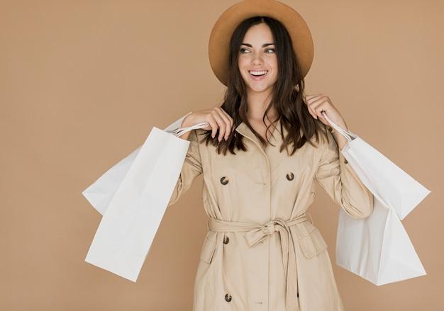 Leuke vrouw in jas op zoek naar rechts