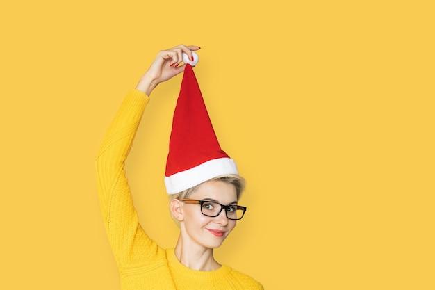 Leuke vrouw in kerstmuts