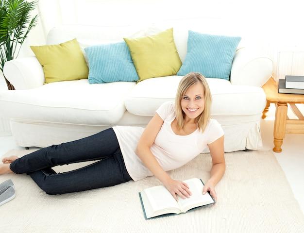 Leuke vrouw is het lezen van een boek