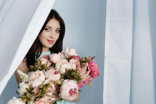Leuke vrouw met bloemenboeket