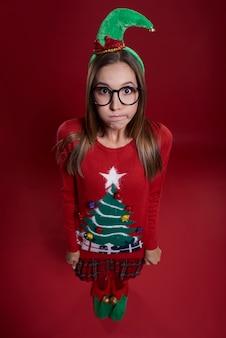 Leuke vrouw met elf hoed gekleed in kerstkleren
