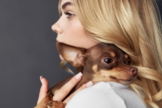 Leuke vrouw met kleine rasechte hond mode vriendschap leuk. hoge kwaliteit foto
