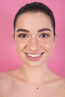 Leuke vrouw met mooie glimlach
