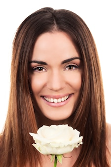 Leuke vrouw met witte roos in studio